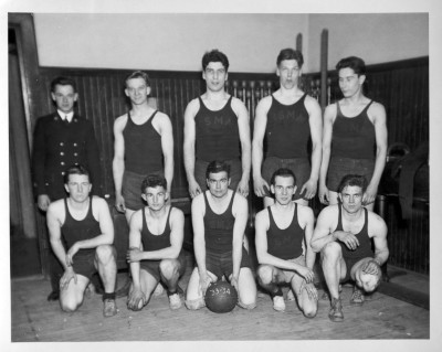 image of basketball team posing together